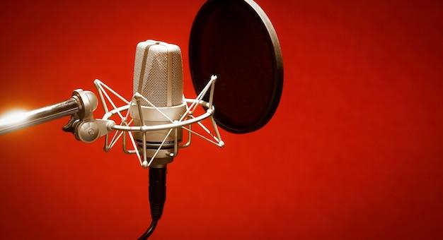 Microfoon in een professionele opnameruimte technologie en audioapparatuur concept microfoon