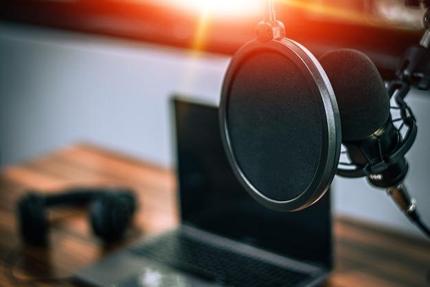 Microfoon in homestudio-opname voor online content of livestreaming Premium Foto