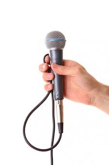 Microfoon in mannelijke hand die op wit wordt geïsoleerd