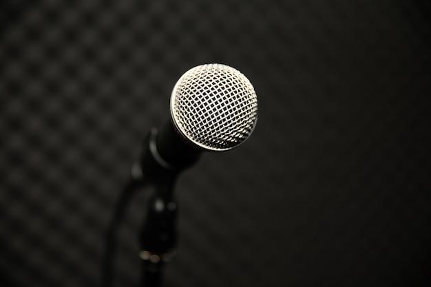 Microfoon in muziekstudio voor muzikanten oefenen of de muziek opnemen