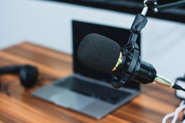 Microfoon in thuisstudio voor online content of livestreaming