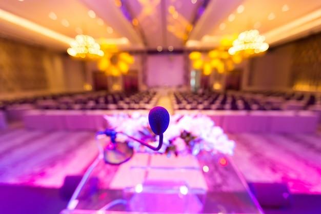 Microfoon in vergaderzaal voor een conferentie.