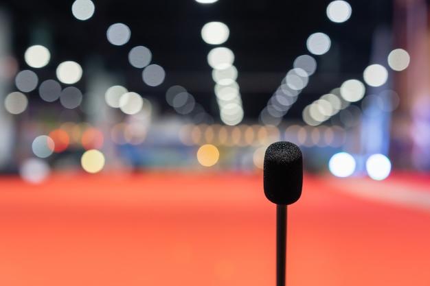 Microfoon in vergaderzaal voor een feestzaal of een conferentieruimte.