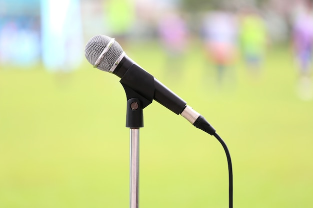 Microfoon met kabel en metalen gaas in geluidsopnameapparatuur