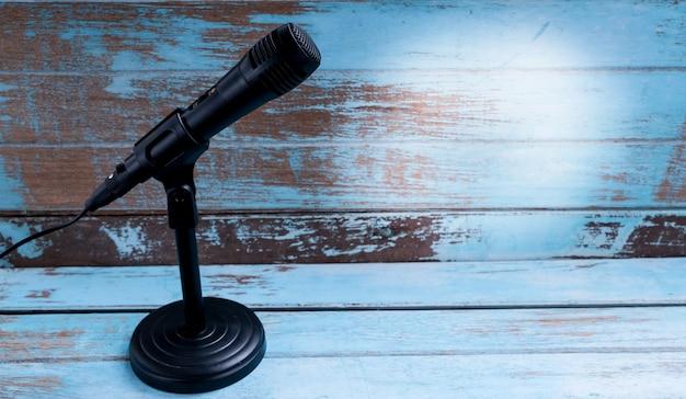 Microfoon met standaard op vintage tafel Premium Foto