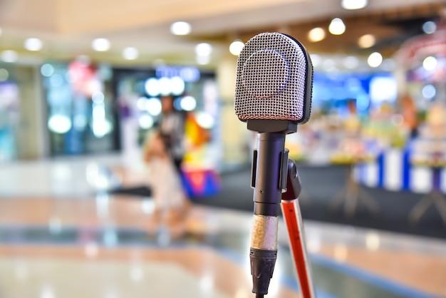 Microfoon op abstract wazig van de ruimte in de vergadering en toneelvoorstellingen