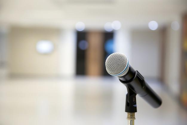 Microfoon op de standaard voor spreken in het openbaar.