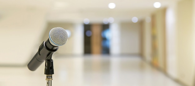 Microfoon op de tribune voor spreken in het openbaar, het welkom heten of gelukwensen toespraak voor van het achtergrond werksucces concept.