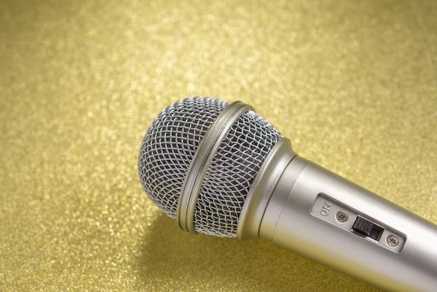 Microfoon op een gele achtergrond..