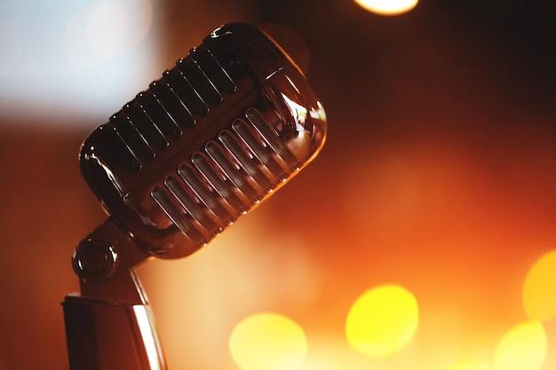 Microfoon op een podium met concertlicht