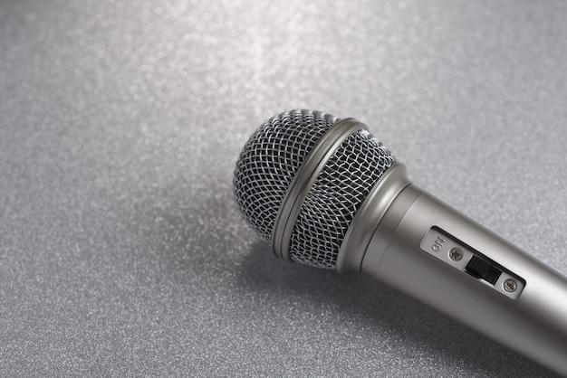 Microfoon op een zilveren achtergrond..