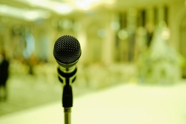 Microfoon op het podium, luidspreker, conferentie