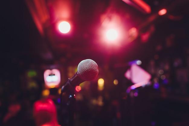 Microfoon op het podium tegen een achtergrond van auditorium.