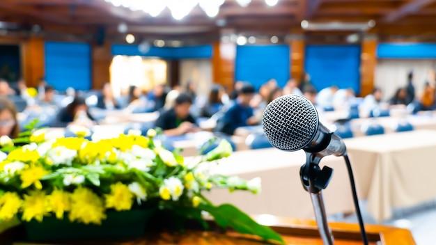 Microfoon op het podium voor openingsceremonie en optredens. de filmscène vervagen