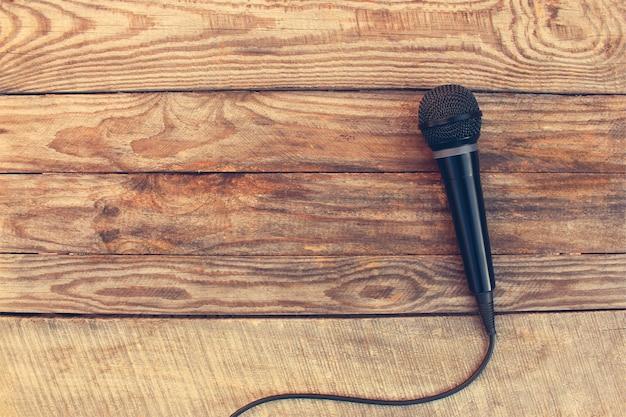 Microfoon op houten achtergrond. afgezwakt beeld.