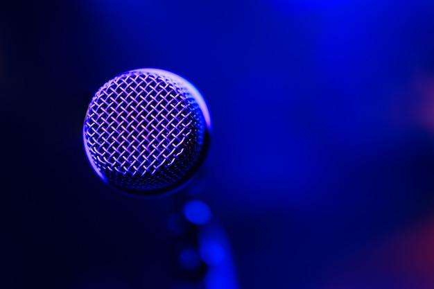 Microfoon op kleurrijk