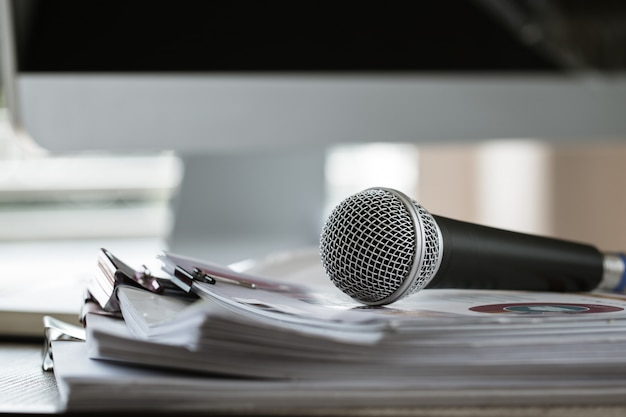 Microfoon op papier document op seminar voor spreker of lezing leraar op klaslokaal universiteit