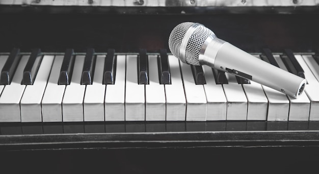 Microfoon op pianotoetsenbord