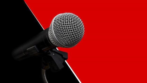 Microfoon op rode en zwarte muur
