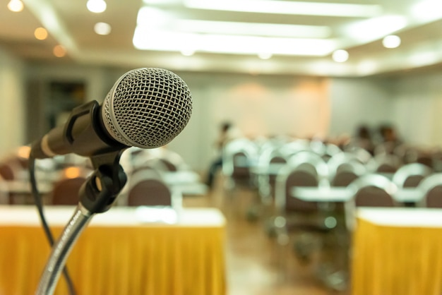 Microfoon op seminarieruimte of spreekconferentie.
