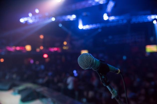 Microfoon op stadium in club met achtergrond