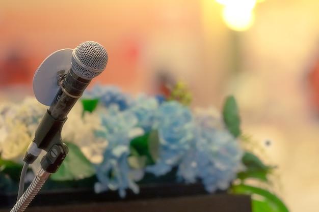 Microfoon op stand op podiumpodium voor spreken in het openbaar