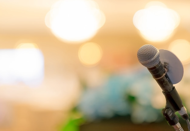 Microfoon op stand op podiumpodium
