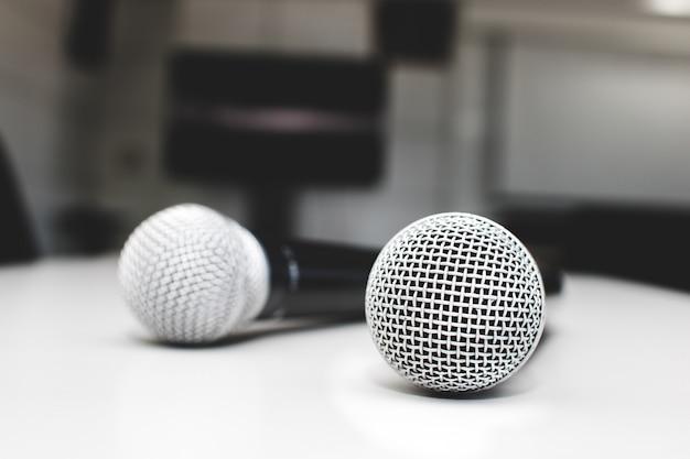 Microfoon op tafel in de vergaderzaal