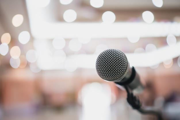 Microfoon op wazig seminarieconferentie
