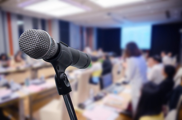 Microfoon over het wazige zakelijke forum vergadering of conferentie