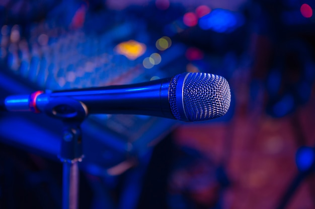 Microfoon staat in de houder tijdens een concert in het restaurant.