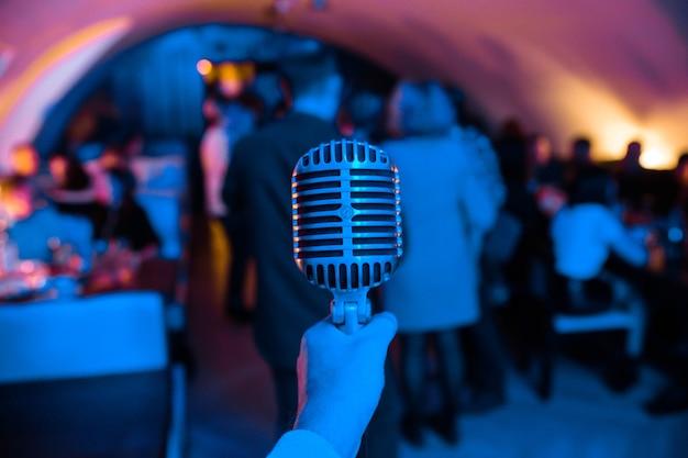 Microfoon staat op het podium in een nachtclub.