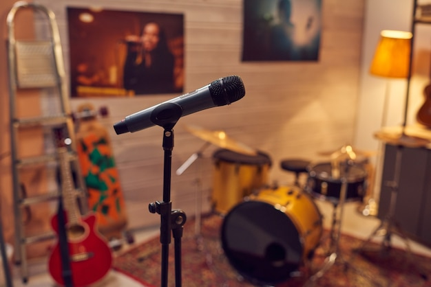 Microfoon tussen muziekinstrumenten in geluidsopnamestudio