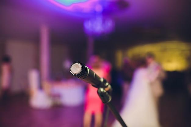 Microfoon voor een muzikant, huwelijksavond in een restaurant.