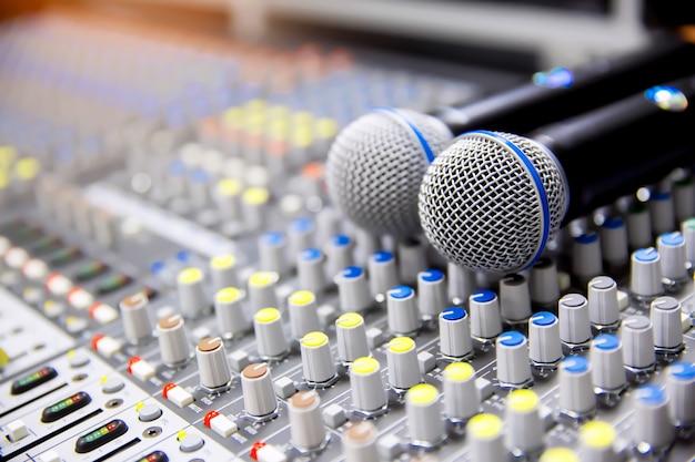 Microfoons op de geluidsmixer in de studio