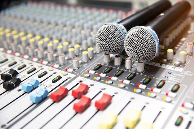 Microfoons op de geluidsmixer in de studio.