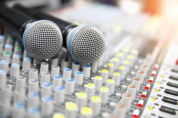 Microfoons worden op de geluidsmixer geplaatst