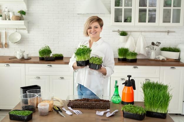 Microgreen in vrouwelijke handen, rauwkost, ecofrendli, superfood. biologische voedselteelt, moestuinieren, microgreen.
