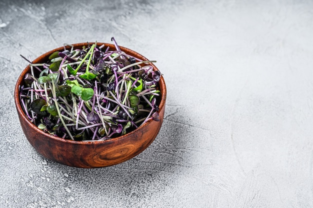 Microgreen radijs tuinkers spruiten in een houten kom Premium Foto