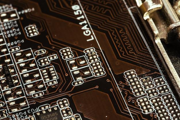 Microschakeling met sporen op de printplaat