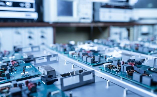Microschakelingen en componenten liggen op metalen platen tijdens de productie van supermoderne militaire computers en spionageapparatuur. concept van een geheime militaire fabriek