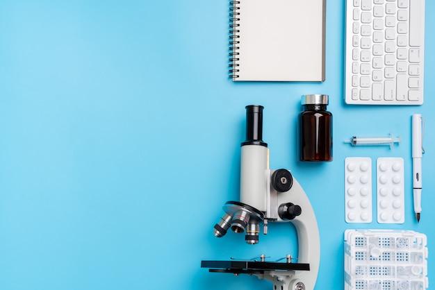 Microscoop biologie en chemie onderwerp op het bureau van bovenaanzicht