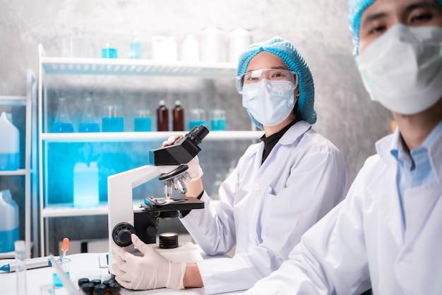 Microscoop in een medisch onderzoekslaboratorium of wetenschappelijk laboratorium, studie voor het maken van een vaccin ter bescherming van een coronavirus covid-19