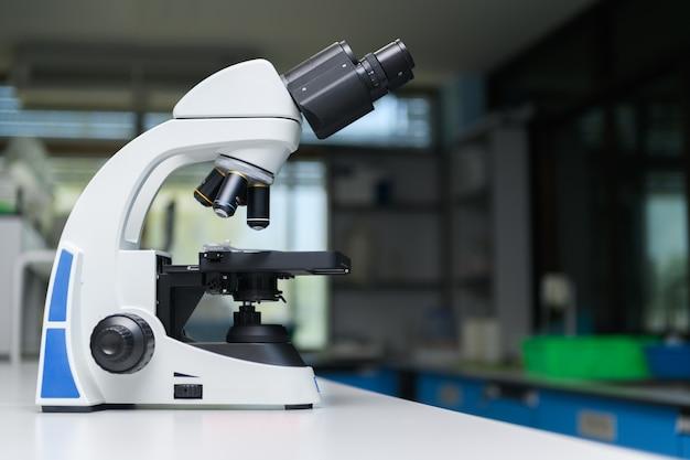 Microscoop in laboratoriumruimte