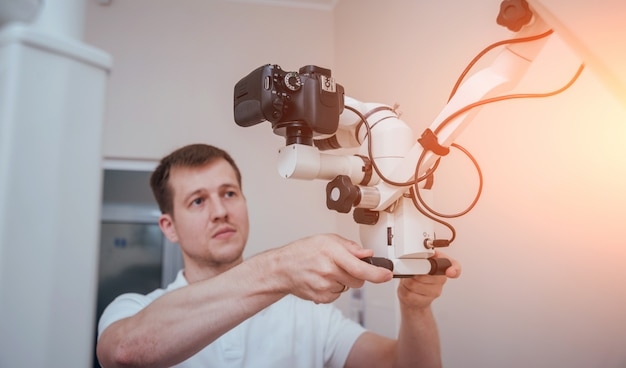 Microscoop met fotocamera in de tandartspraktijk