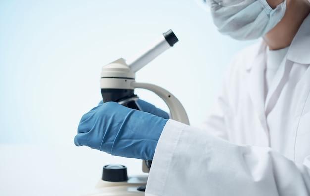 Microscoop onderzoek medische jurk vrouw arts handschoenen laboratorium.