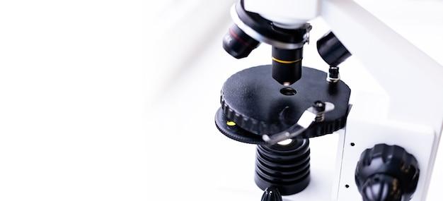 Microscoop tafelblad close-up laboratoriumstudies en analyse door een microscoop