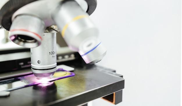 Microscoop voor het controleren van dia in laboratorium voor medische technicus
