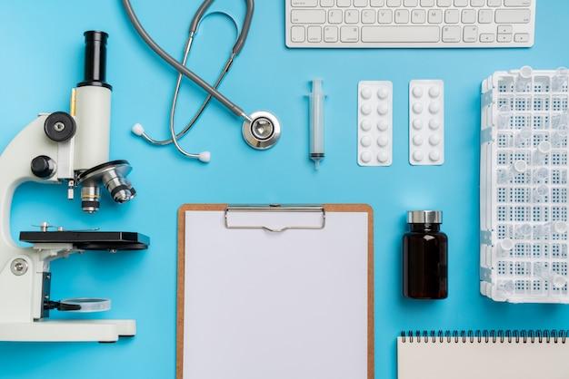Microscoopbiologie en chemie onderwerp op het bureau van bovenaanzicht