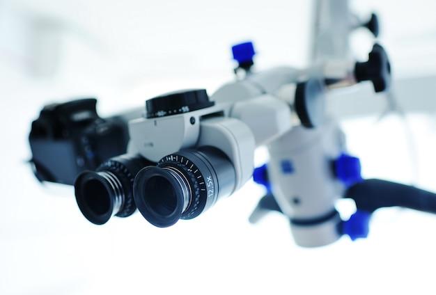 Microscoopclose-up op de achtergrond van moderne tandheelkunde